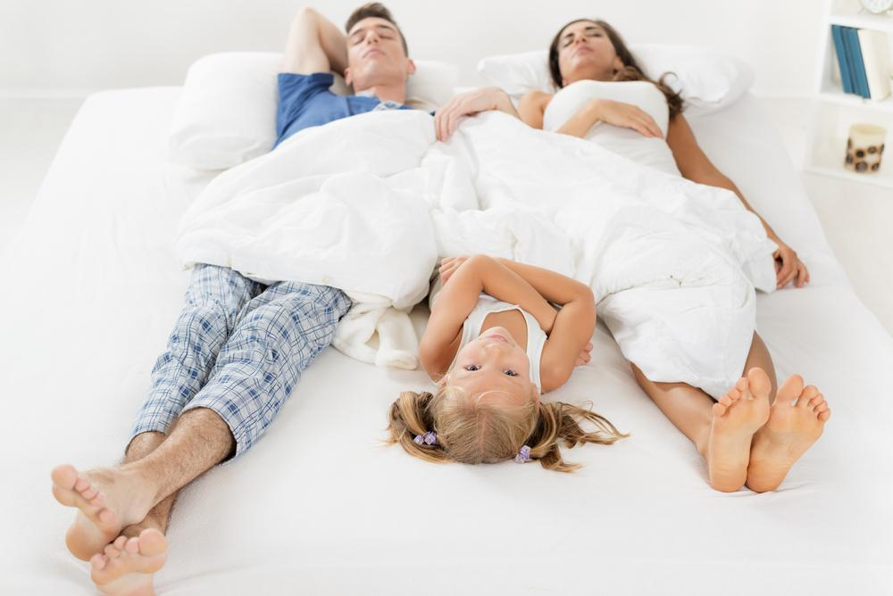 Можно ли ребенку спать с родителями?