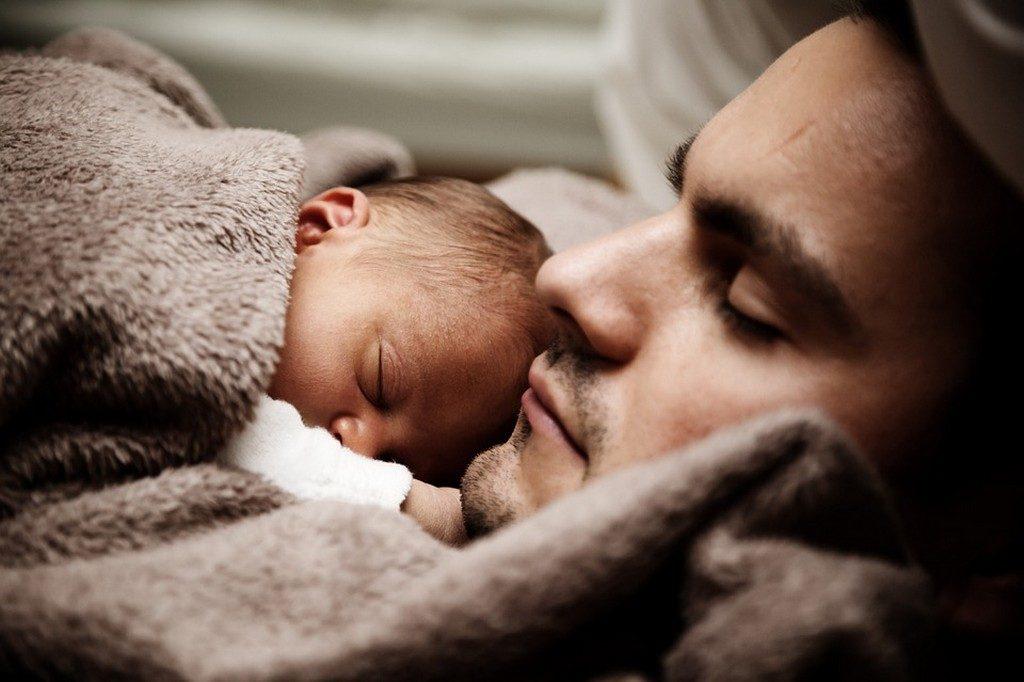 новорожденный спит с родителями (папой)