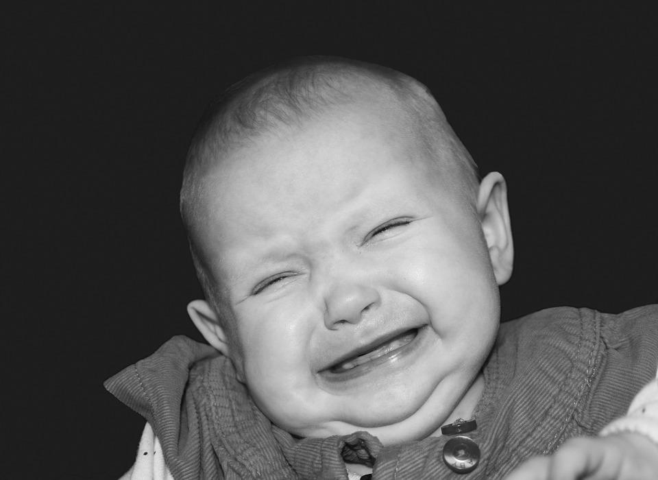 ребенок плачет, черно-белая фотография