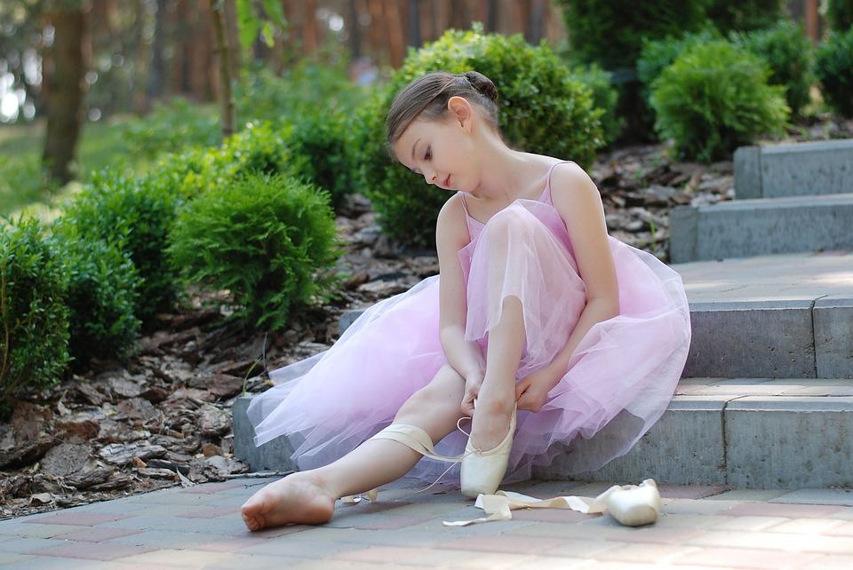 девочка сидит на ступеньках в платье