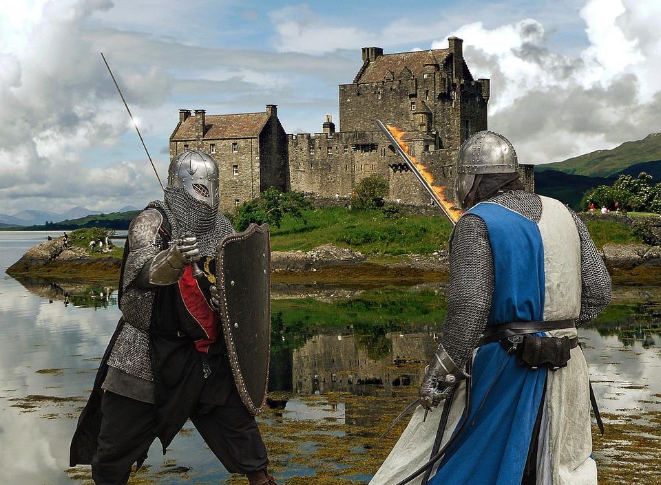 два рыцаря на фоне замка ведут бой на мечах