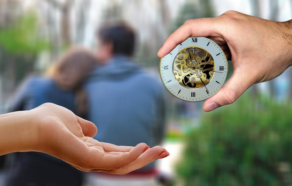воспитание ребенка, женская рука передают часы в руки ребенка