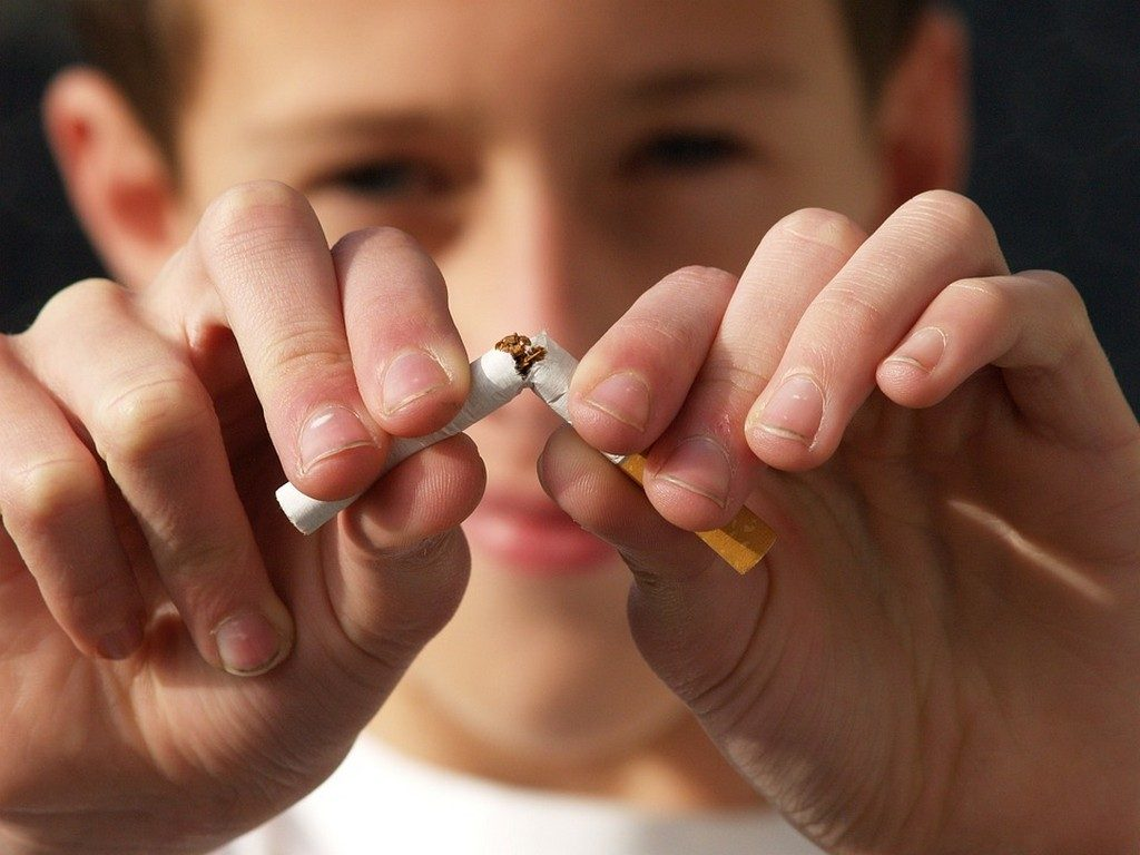 вредные привычки, юноша ломает сигарету