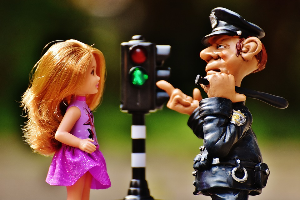 куклы полицейский показывает девочке на светофор