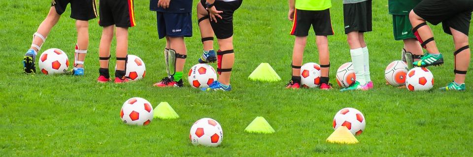 детские спортивные секции футбола, дети занимаются с мячами