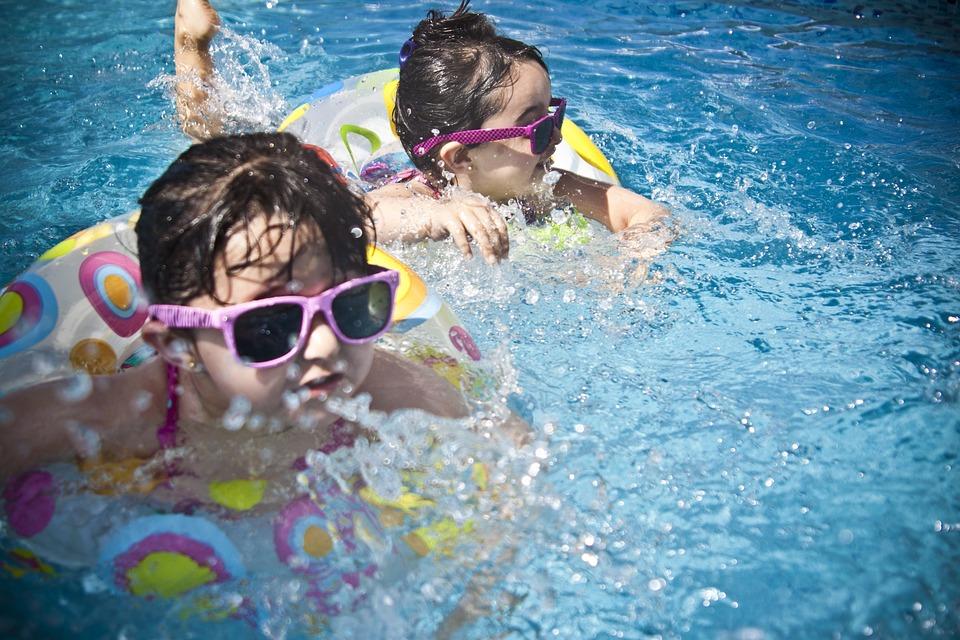 девочки в бассейнах в темных очках и на кругах