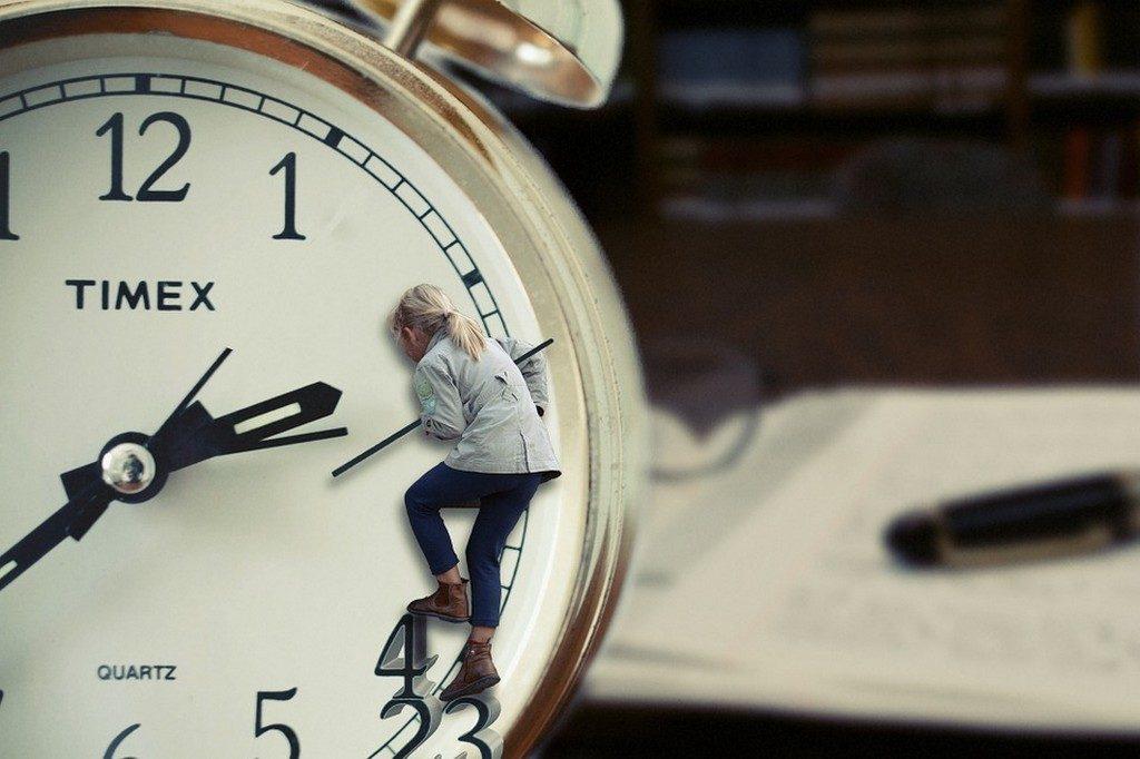 часы по которым карабкается девочка