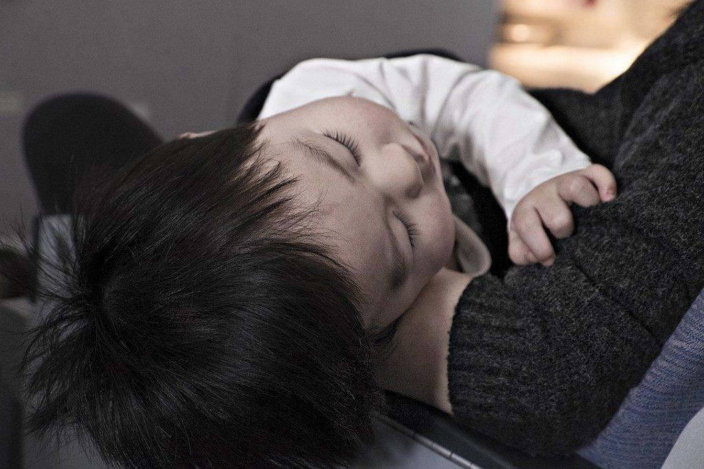 ребенок спит на руках
