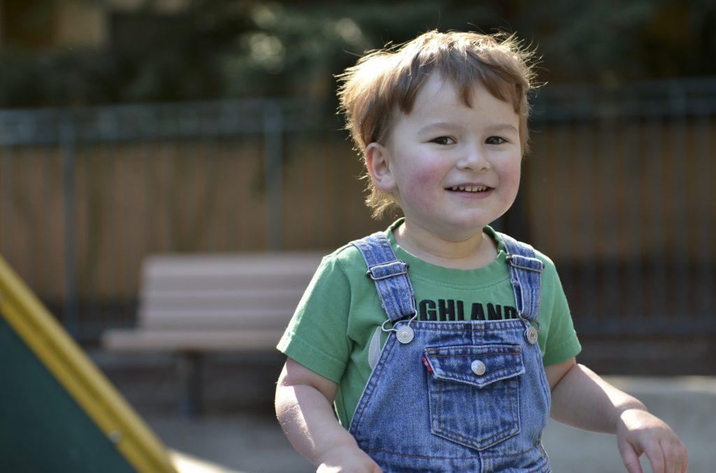 ребенок в парке крупным планом