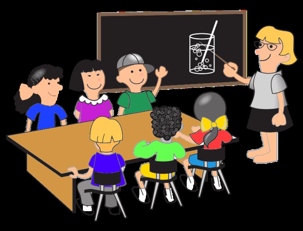 дети сидят за партой, пока учитель объясняет на доске