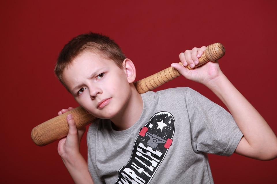 мальчик на красном фоне с колотушкой в руках