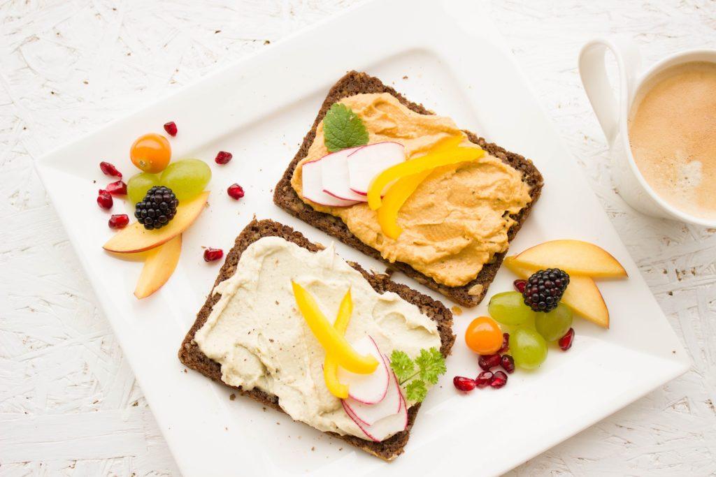 изображение двух бутербродов с фруктами на тарелке