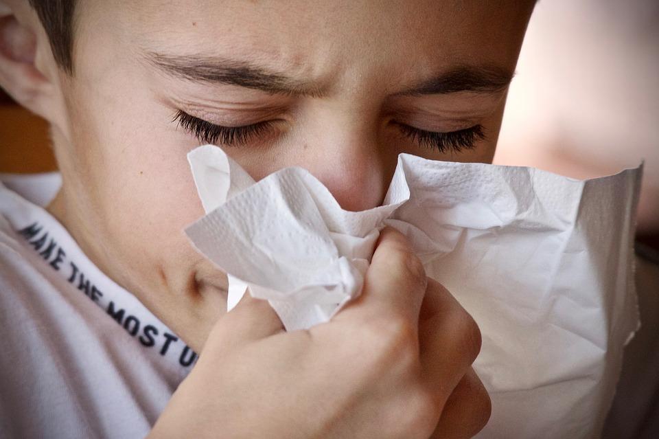 мальчик высмаркивает нос в салфетку