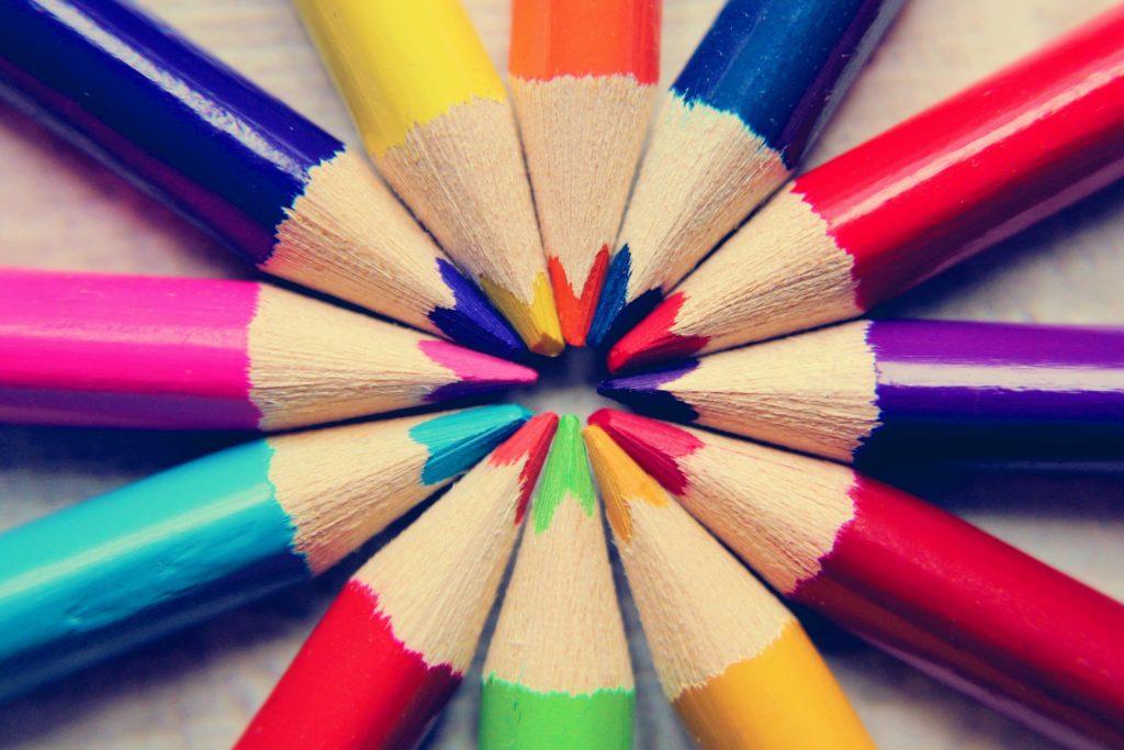 цветные карандаши, вылаженные в круг
