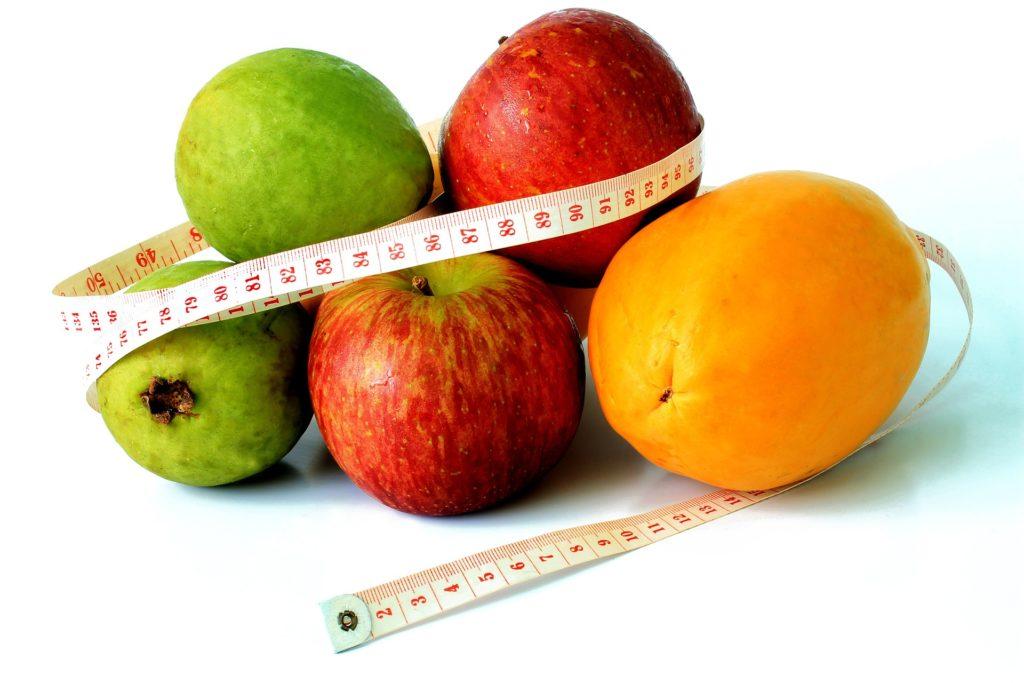 фрукты обмотанные измерительной лентой