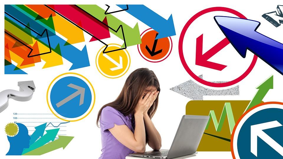 девочка сидит у компьютера, взявшись за голову а на заднем фоне стрелки в разные стороны прагрип у детей