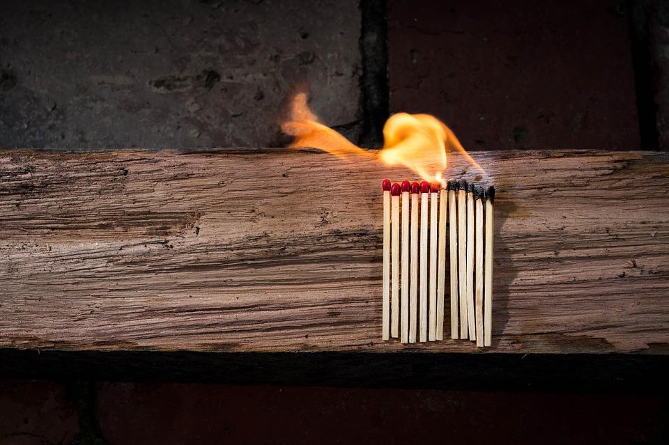 воспитание похвалой спички лежат на деревяшке, половина спичек уже сгорели