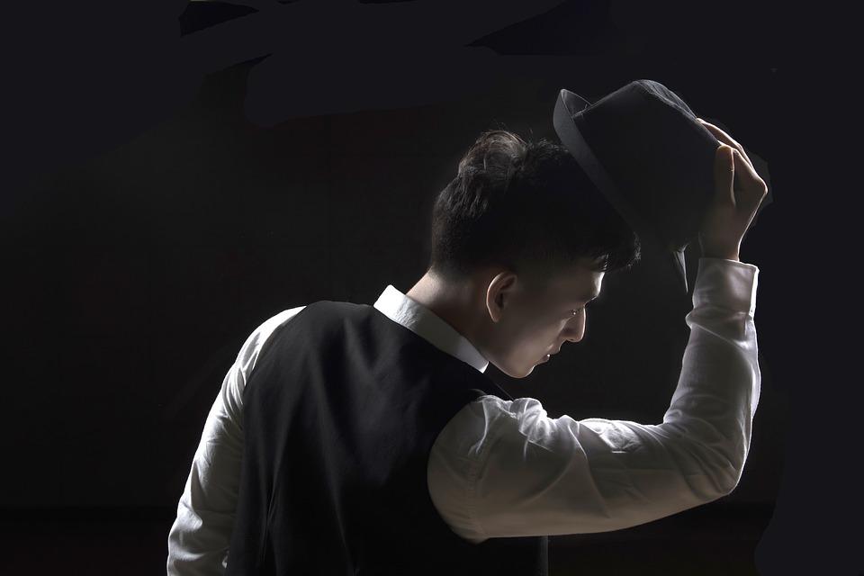 парень в костюме, снимает шляпу, вежливый ребенок