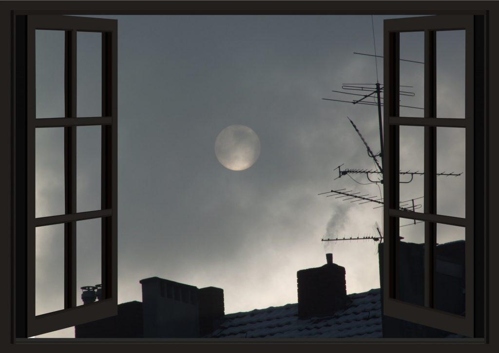 открытое окно, вид на полную луну