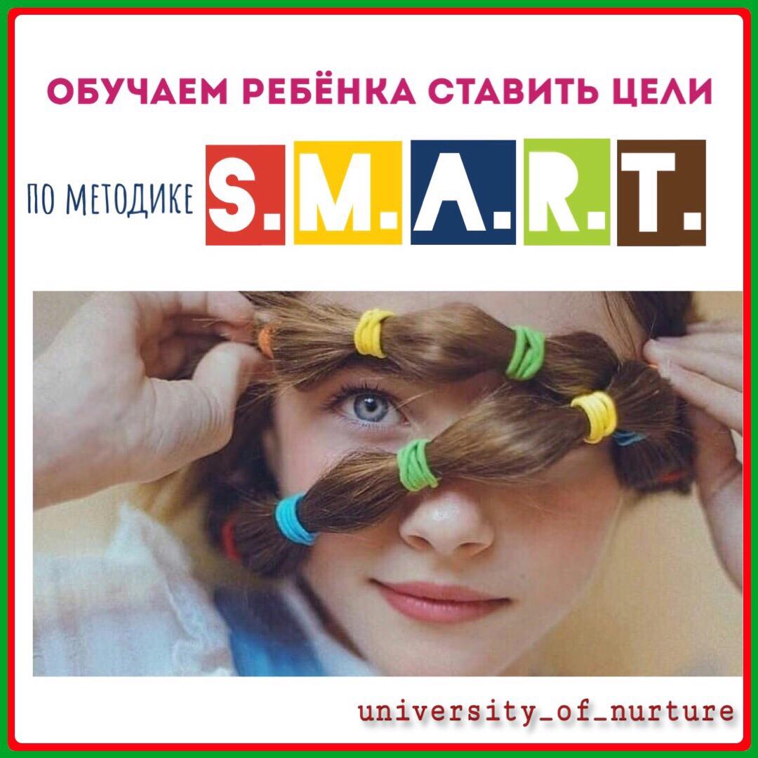девочка с разноцветными резинками на волосах обкрутила волосы вокруг лица