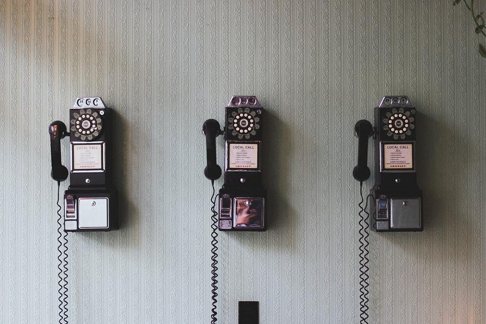 висят телефонные аппараты старого образца на стене