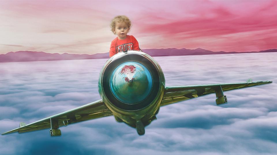 ребенок летит на самолете в облаках