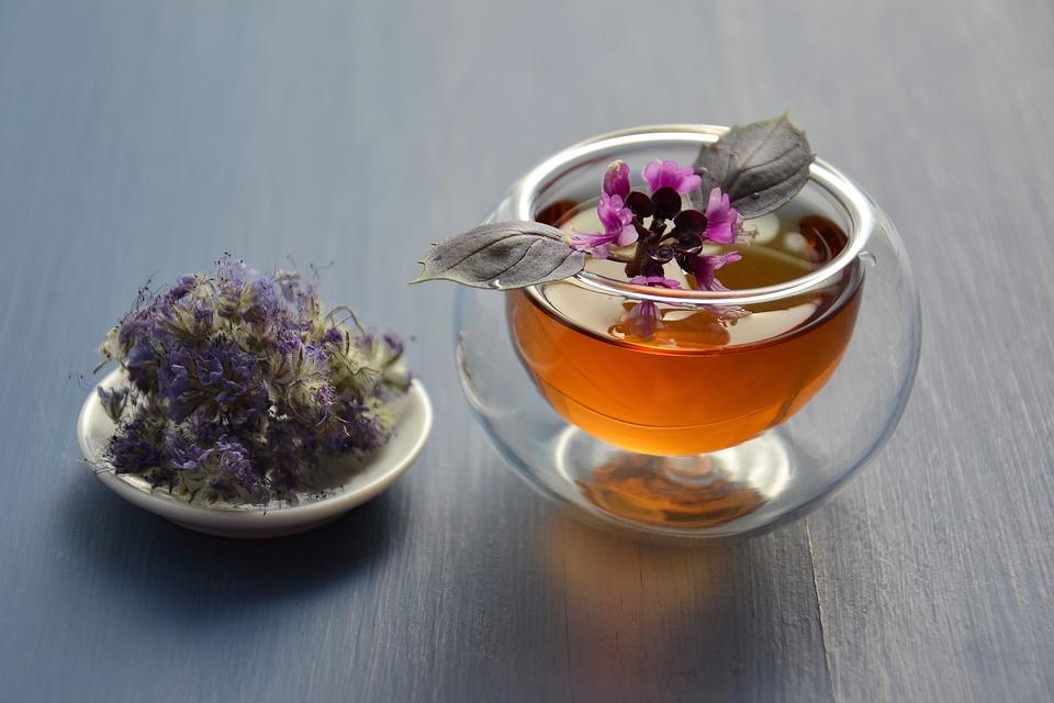 чашка чая и травы