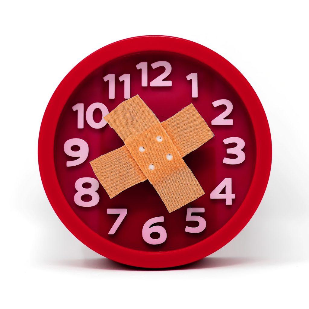часы, циферблат заклеянный пластырем