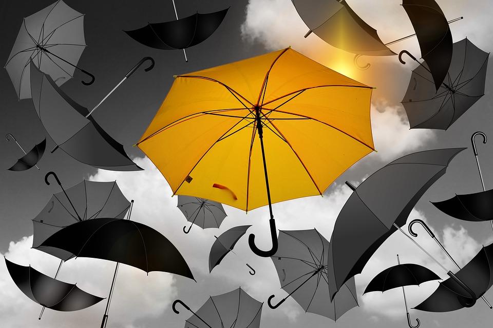 один желтый зонтик среди черных (аллегория метода воспитание похвалой)