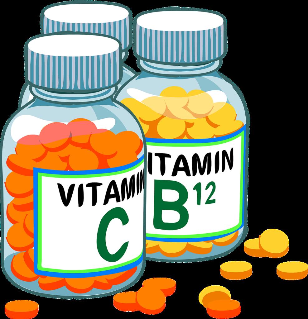 баночки с таблетками с надписями витамины C и B12