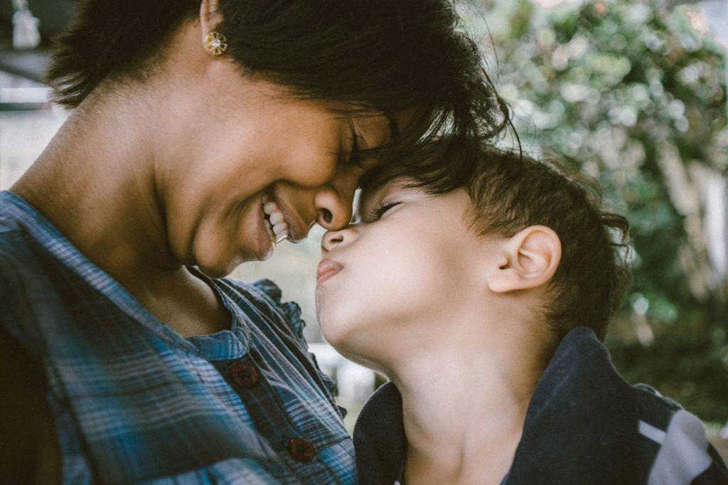 мама и малыш смотрят друг на друга и касаются носами