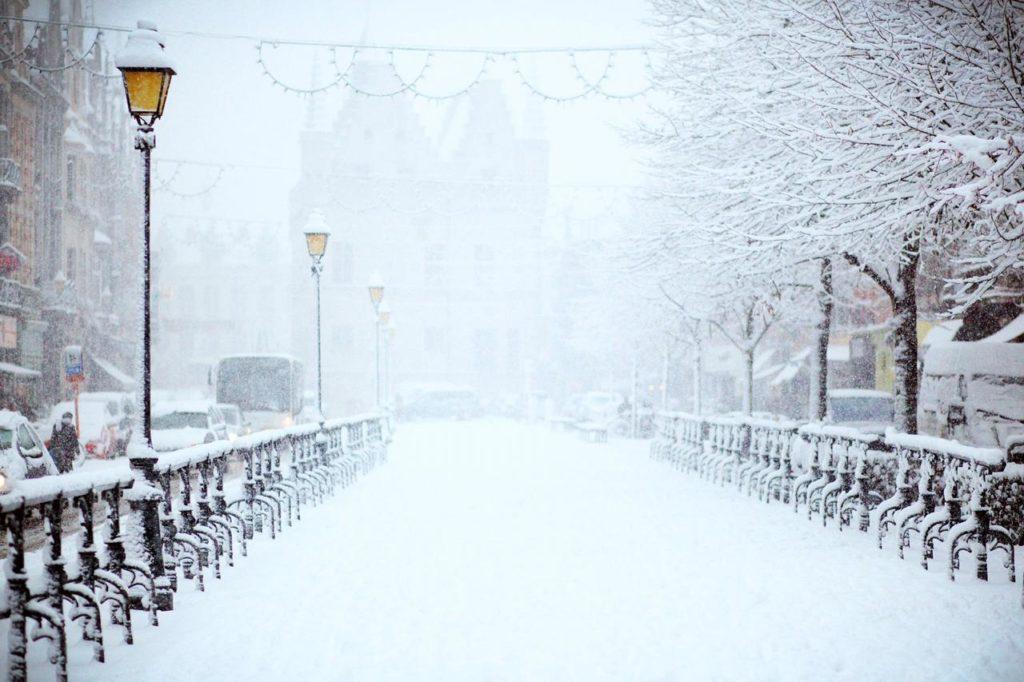 зимняя прогулка по заснеженному городу
