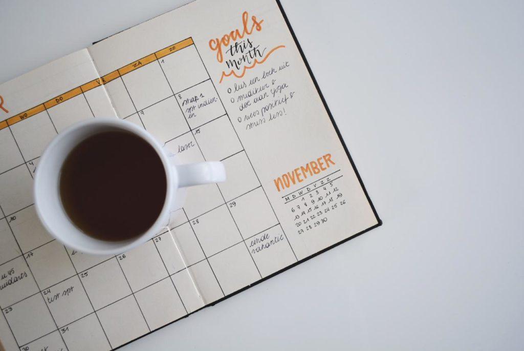 кружка чая стоит на ежедневнике