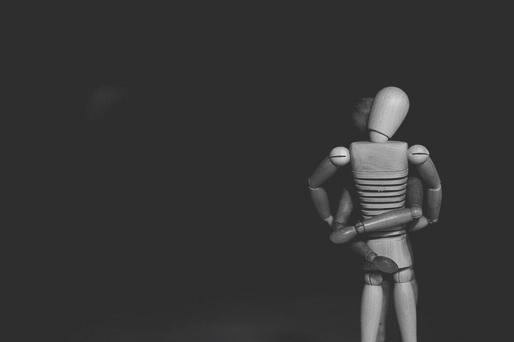 деревянные игрушки обнимаются