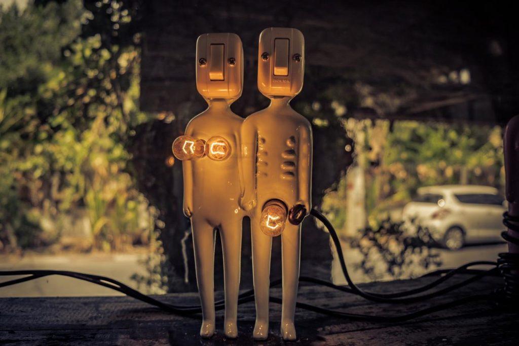 светильник в виде фигурок людей с лампочками у мужчины между ног у женщины в районе груди