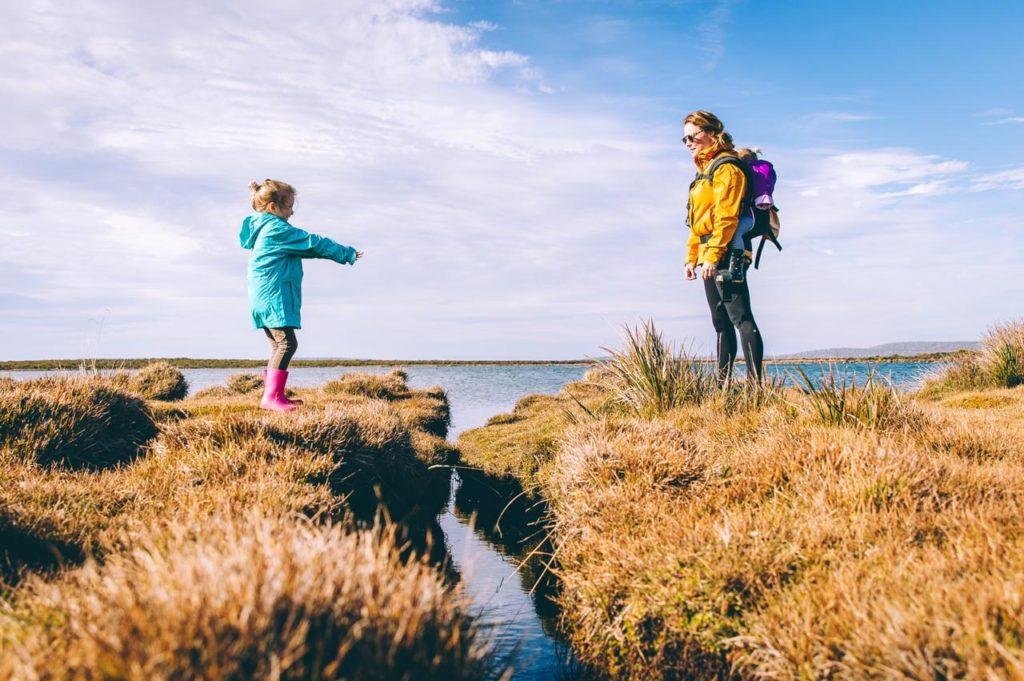 девочка с мамой на природе, девочка хочет перепрыгнуть к маме через овраг, воспитание похвалой дает результат
