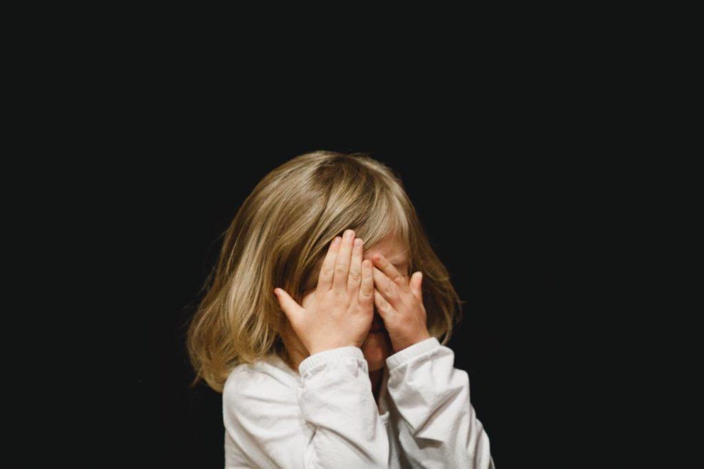 девочка закрыла ладонями лицо, детям о сексе